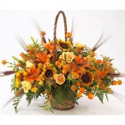 Koszyk pomarańczowych kwiatów