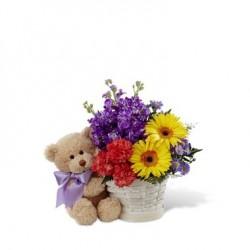 Koszyk kwiatów mieszanych z misiem
