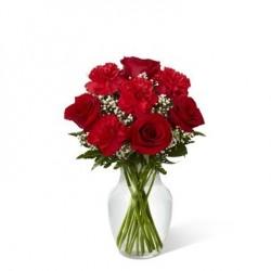 Bukiet z czerwonych róż i goździków w naczyniu