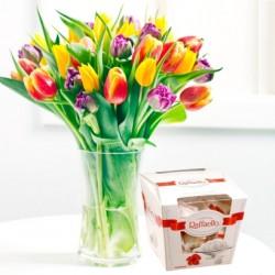 Bukiet sezonowych kwiatów i rafaello