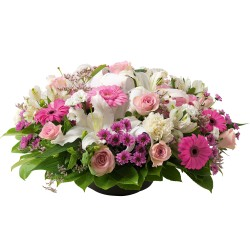 Round flowers arrangement in white and pink colours