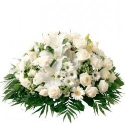 Biała poduszka z kwiatów