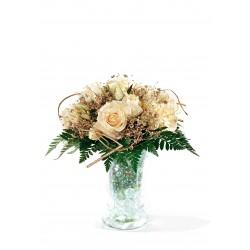Kremowe róże w wazonie