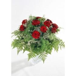 12 czerwonych róż z zielenią