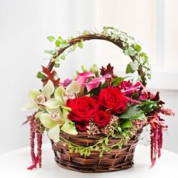 Niesamowita aranżacja kwiatowa w koszyku