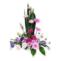 Kompozycja kwiatowa na białej podstawce