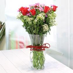 Bukiet z róż i sezonowych kwiatów w wazonie