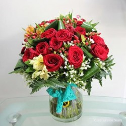 Czerwone róże i kwiaty sezonowe w wazonie