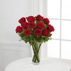 Długie czerwone róże w wazonie