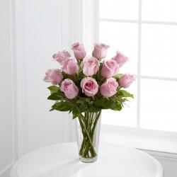 Bukiet długich różowych róż w wazonie