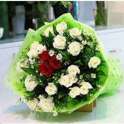 Bukiet białych i czerwonych róż
