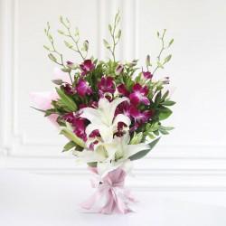 Wdzięczny bukiet storczyków i róż