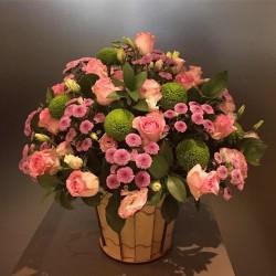 Kwiaty sezonowe w drewnianym wazonie