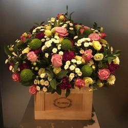 Kwiaty sezonowe w drewnianym pudełku