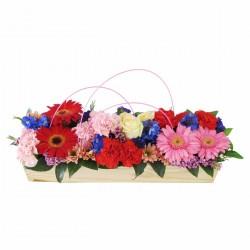 Drewniany koszyk z różowymi kwiatami