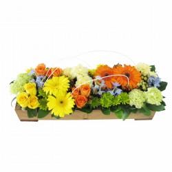 Drewniany koszyk z pomarańczowymi kwiatami