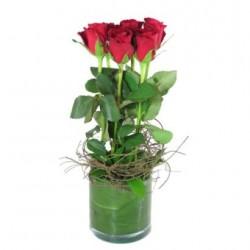 6 czerwonych róż w wazonie