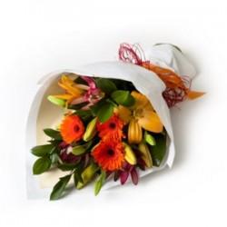 Ręcznie wiązany bukiet mieszanych kwiatów