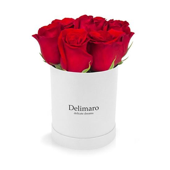 Czerwone róże w białym pudełku