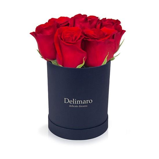 Czerwone róże w granatowym pudełku