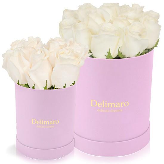 Białe róże w różowym pudełku
