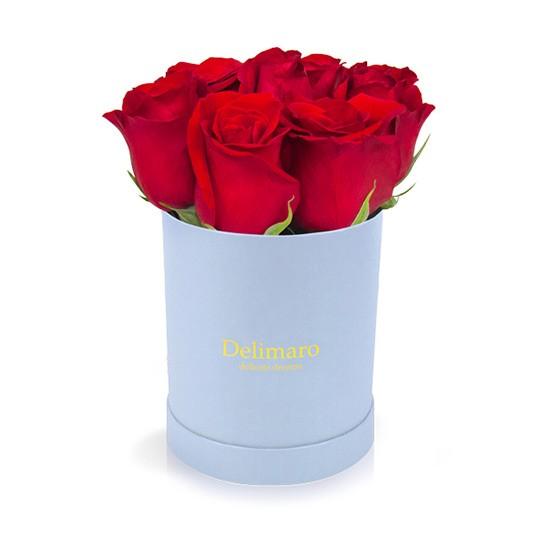 Czerwone róże w błękitnym pudełku