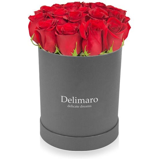 Czerwone róże w szarym pudełku