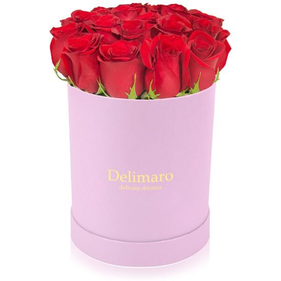 Czerwone róże w różowym pudełku