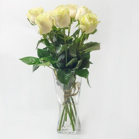 7 białych róż