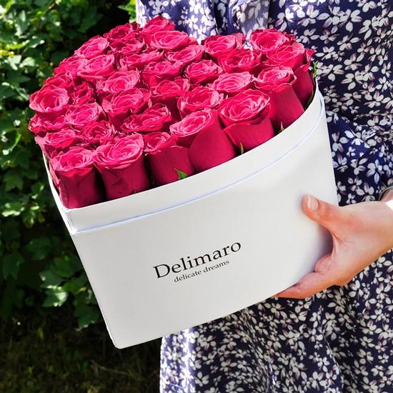 Różowe róże w białym pudełku w kształcie serca