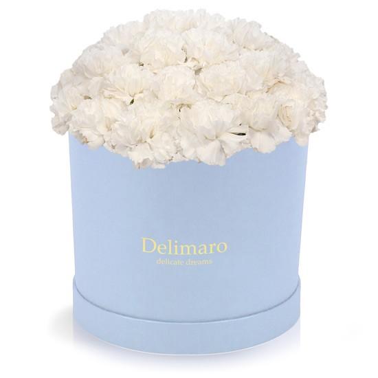 Białe goździki w pudełku błękitnym