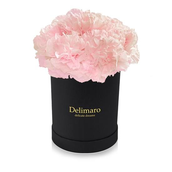 Różowe goździki w pudełku czarnym