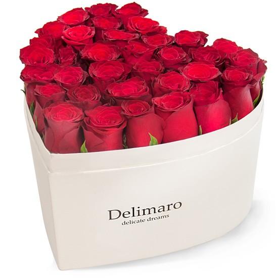 Czerwone róże w białym pudełku w kształcie serca