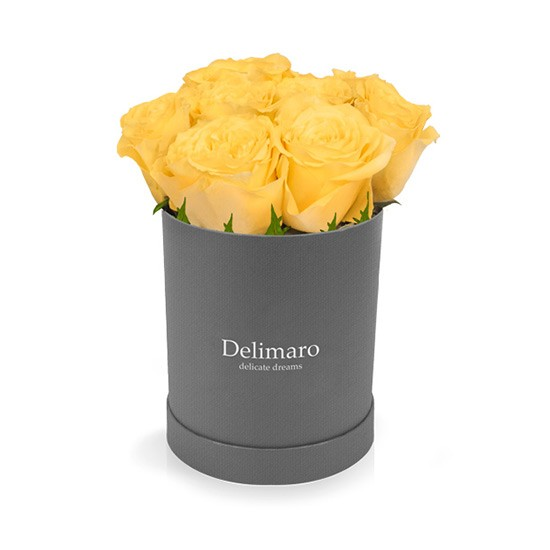 Żółte róże w szarym pudełku