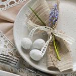 Kwiaty i ozdoby na wielkanocnym stole