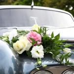 Florystyczna dekoracja auta do ślubu