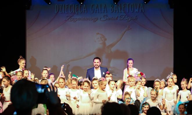 Agustin Egurrola z tancerkami