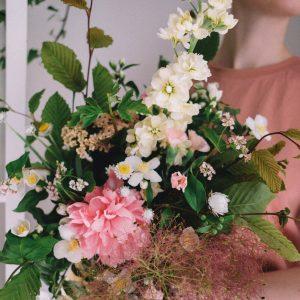 Jak bezpiecznie wysłać kwiaty najbliższym?